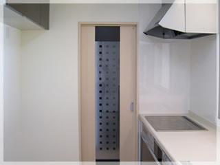 キッチンの引き戸を開けると、玄関土間に通じています。ふいのお客様にも困りません。