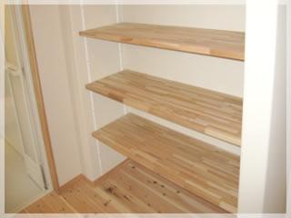 洗面所にある便利な可動式4段棚。