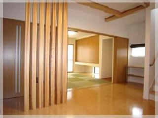 【格子】玄関から見るとリビング内の目隠しにも、リビングのアクセントにもなっています。