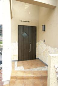 素焼きの素材感が暖かいテラコッタタイルと自然石を嵌め込んだ玄関ポーチ。