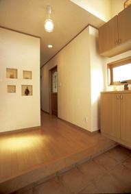 壁の厚みを利用した飾り棚のある玄関ホール。
