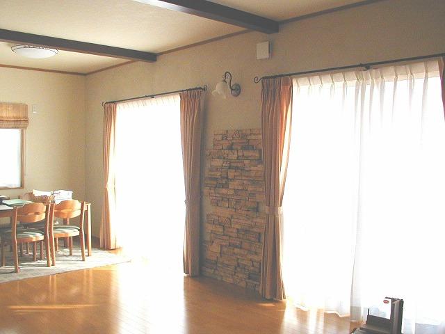 100%天然素材の塗壁とストーンと梁が調和した、健康的な空間。