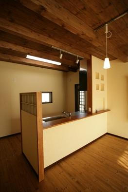 全室オール無垢材の床に天井にも無垢材を使用した体に優しいLDK。