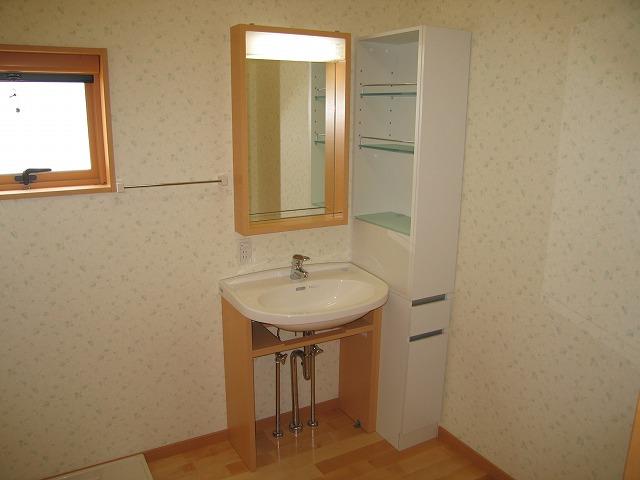 木製フレームの洗面化粧台。とっても可愛らしい雰囲気です。