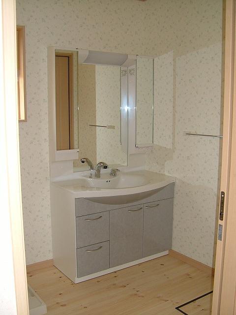 お施主様が選ばれた可愛い壁紙に、収納力抜群の洗面台が、とっても合っています。