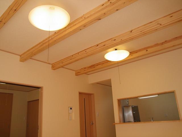 リビングの天井に梁を出しました。少し天井が高くなるので、部屋もその分広く感じられます。