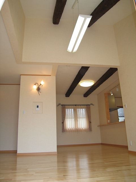 天井に梁を使ったLDK。白い天井に梁が一際映えます。