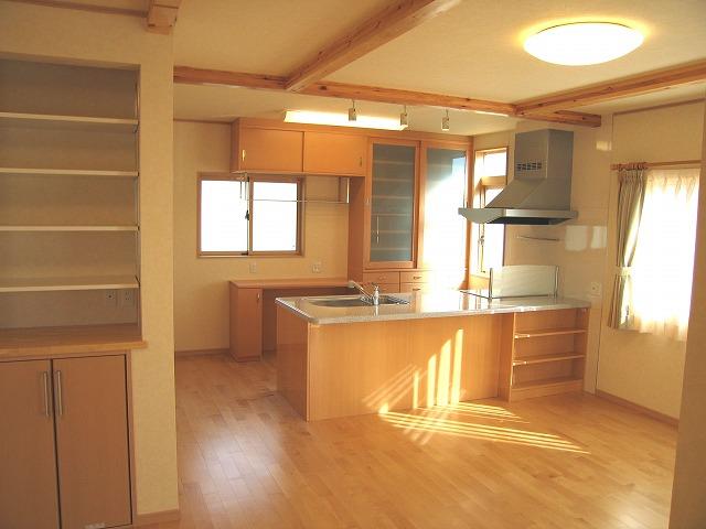 アイランド型キッチンの後ろにあるのは府中家具職人手作りの造り付け食器棚