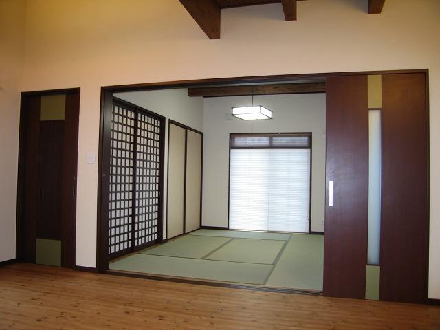 格子の引戸に張り現しの天井、和紙のプリーツスクリーンで雰囲気のある和室に