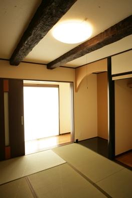 井の化粧梁とモダンな床の間が素敵な和室。柔らかな日差しの縁側でちょっと一服。