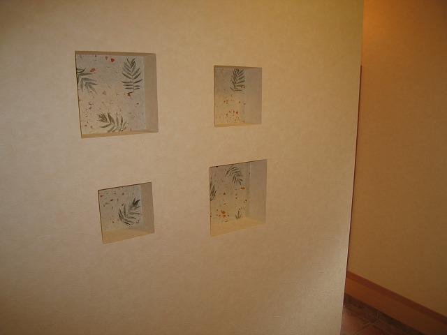 玄関ホールの飾壁。ネパールの手漉き紙を貼りました。