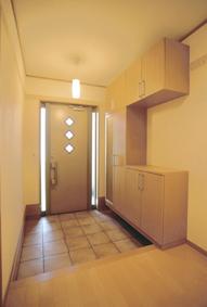 玄関ホールは温もりのあるテラコッタタイル