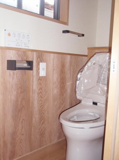 トイレ (腰板は解体座敷の天井)