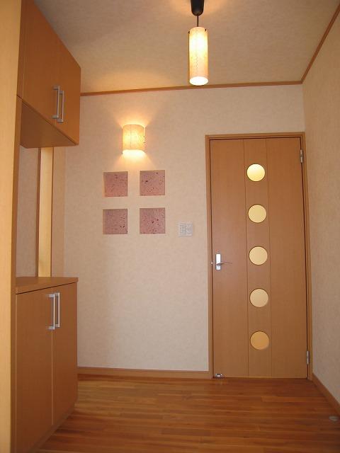 玄関に入ったら素敵な飾り窓がお出迎え。