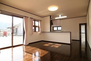 1階床は全室オール無垢材、日当たり抜群の心癒されるLDKは濃い目の色で落着いた雰囲気。