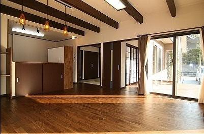 天井には梁を現し、濃い色で塗装。同じ濃い色で塗装した無垢の床材とで、シックな落着いた雰囲気のLDKになりました。