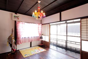 畳を無垢床材に張り替え、和室の趣そのままに改装しました。天井には高性能グラスウールを充填し断熱性能を高めています。シャンデリアは奥様がインターネットで見つけられたものです。