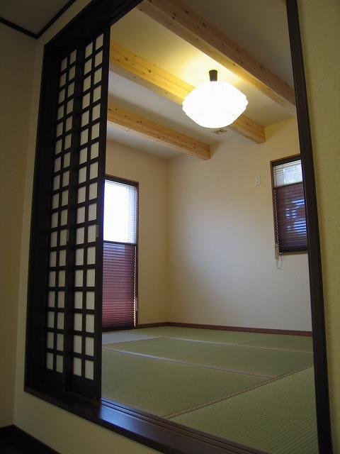 リビングから30センチ床を上げた和室です。ちょっと腰を掛けるのに最高。