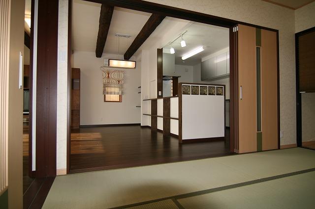 和室とLDKの3枚引込戸を開けると広々空間に。