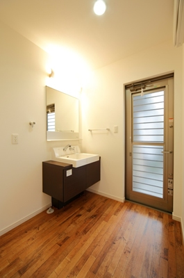 洗面脱衣室。個性的な洗面化粧台がオシャレ♪