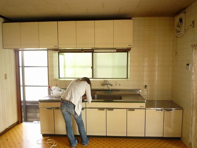 キッチンや床も古く、色あせていました。