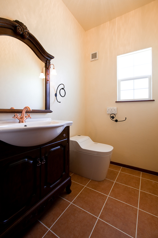 アンティーク洗面台を設置したトイレ。