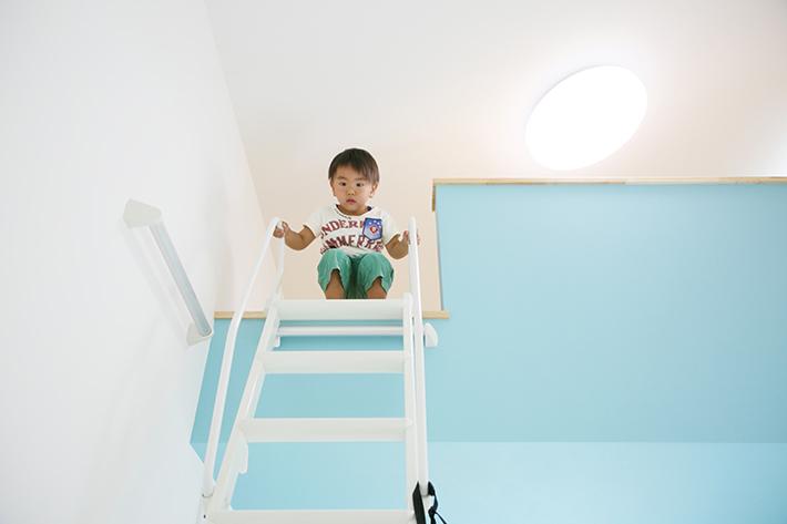 勾配屋根を活用し、予算内で作ることができたロフト。もう1つの子ども部屋ロフトはラベンダー色になっている。