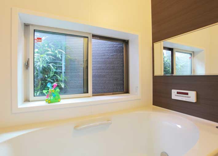 緑を眺めながらお風呂が楽しめるように坪庭を設けたバスルーム