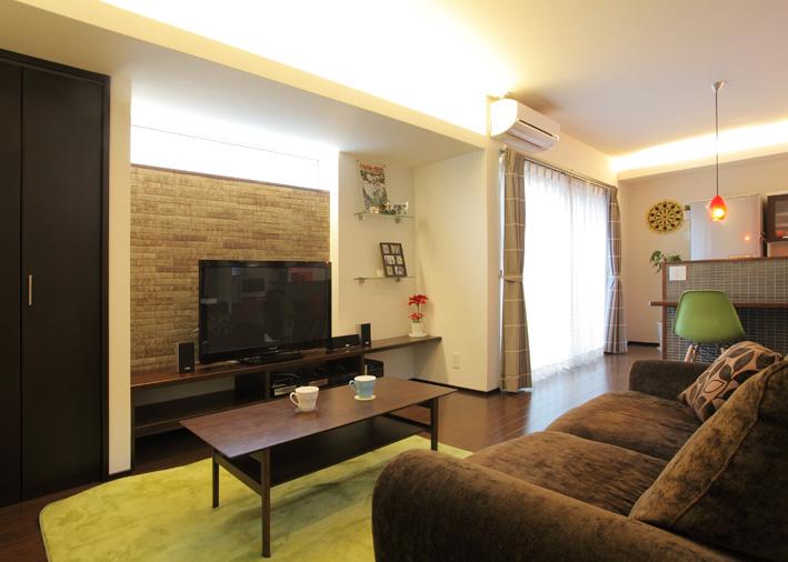 間接照明やテレビ裏のタイル壁が落ち着きのある空間を演出。