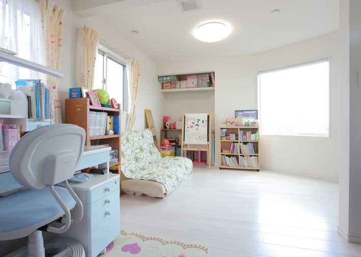 3階の子供部屋は白で統一された間仕切りもできる空間