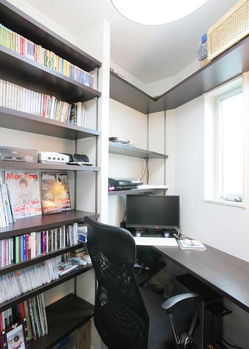 旦那様のこだわりの書斎は、コンパクトな設計でイスに座れば周りの物が手に届くコックピットの様な作り。キッチンそばにあるので家族の気配をいつでも感じられ、無駄な動きをすることなく趣味や仕事に集中出来るスペース