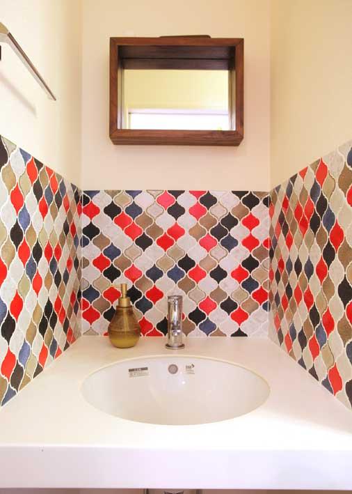 M邸は「ポップで鮮やかな色使いのインテリア」が特徴。洗面に、カラフルなタイルを使用、奥様の一部屋一部屋のイメージを壁の配色に表現。部屋によってグリーンや、レッドなど色鮮やかなクロスを使用し、ポップでかわいい空間を演出している