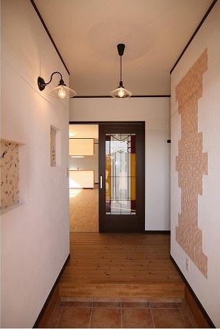 玄関を入ると自然素材の塗り壁と木の香りで、とっても気持ちいい。