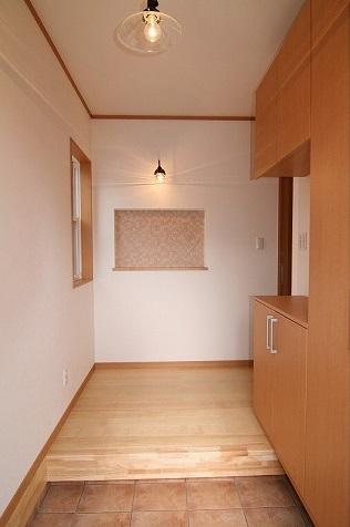 ホール正面のニッチには、エコカラットのタイルを貼り、嫌な臭いも吸収してくれます。