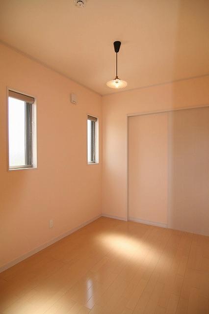 レトロな照明がアクセントの寝室です。