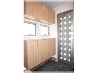 小窓からも明るい光を採り入れるモダンな玄関ドア。電気錠のため、リモコンキー操作でラクラク施解錠!