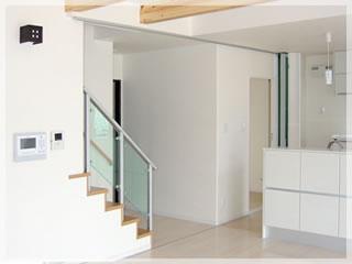 階段は広いリビングのアクセント。木とアルミのコントラストがポイント。
