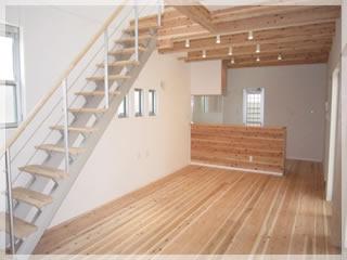 リビングに階段を設けました。家族が顔を合わせる機会が高まり、自然に会話が生まれます。床は無垢の自然素材です。