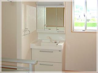 三面鏡タイプの清潔感あふれる洗面台。収納もたっぷり。