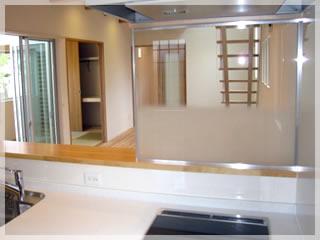 IHヒーターとフードの間はガラスの壁です。おしゃれですね!これだとキッチンからリビングがよく見えます。