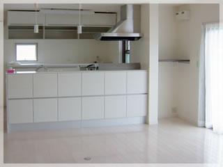 モダンなリビングに映えるオープンタイプの対面キッチン。右手のスペースはちょっとした収納に。