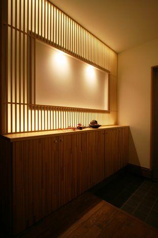 ルーバー格子はLEDの間接照明を使用