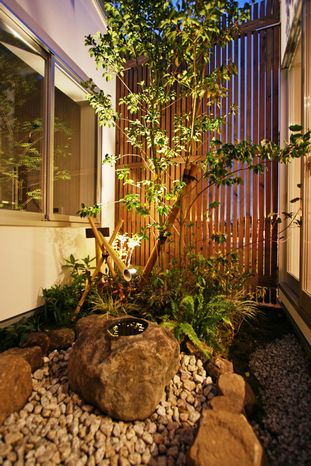 坪庭を設けて、季節を感じる和の空間