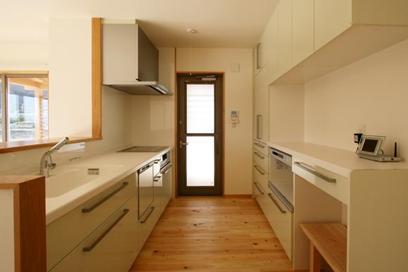 対面キッチンタイプを採用し、炊事しながらでも正面に田園風景が広がります。