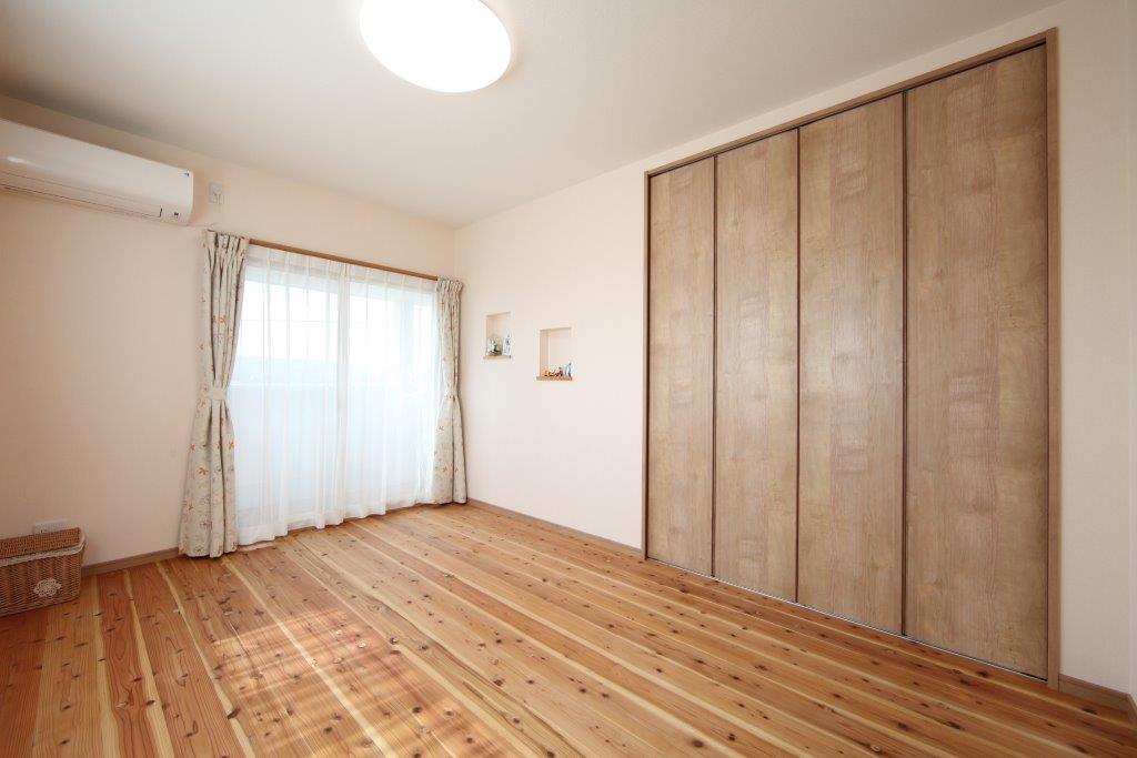素足に心地良い無垢の杉板を使用した部屋