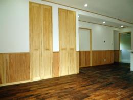 LDK 床や壁・天井はもちろん、建具や階段に至るまで自然素材仕様になっています。