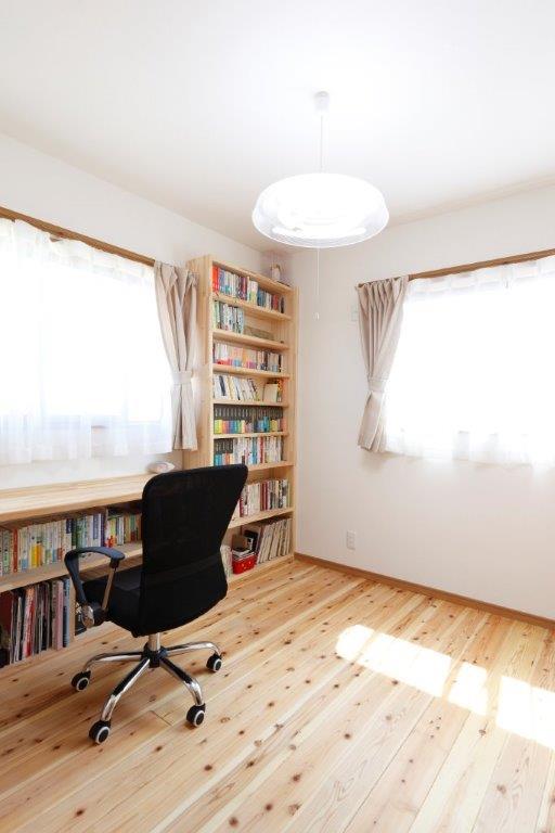読書好きにはたまらない広々とした書斎
