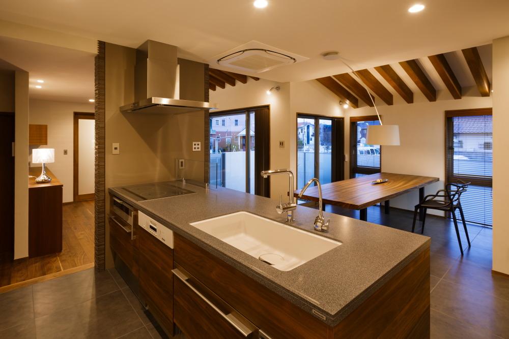 キッチンから広がるスタイリッシュな空間