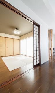 半畳タタミを採用したモダンな和室。リビングの一画には造り付けのカウンターを設置しています。
