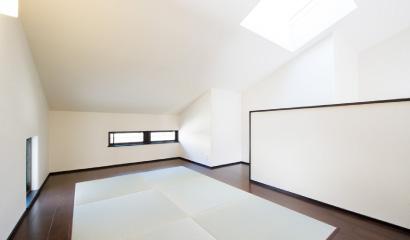 勾配天井となったスキップフロアは、これから本棚を置いて読書スペースとして活用される予定です。